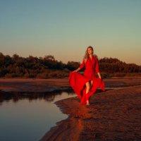 Гуляя по берегу реки :: Женя Рыжов