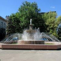 Фонтан на площади комбайностроителей в Ростове-на-Дону :: Нина Бутко