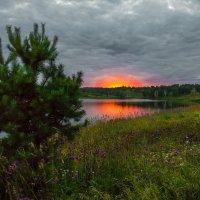 Закат над озером багровый... :: Владимир Деньгуб