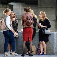 между девочками :: Олег Лукьянов