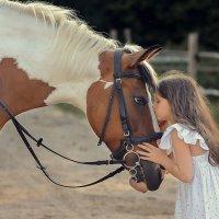 Девочка с лошадкой :: Виктория Дубровская