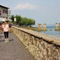 Туристы восхищаются замком Скалигеров :: Лира Цафф