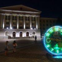 Площадь Гагарина вечером. Здание технического университета :: Лариса Авдонина