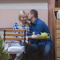 Поцелуй в летнем кафе*** :: Александр Степовой