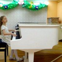 Шалит.В последний раз на белом рояле! :: Елизавета Успенская