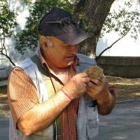 Мужчина нашёл в парке котёнка и сетовал, что же с ним теперь делать... :: Татьяна Смоляниченко