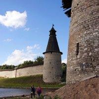 Туристы взле древних стен :: san05 -  Александр Савицкий