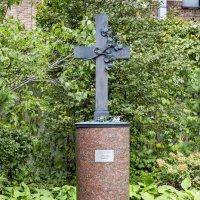 Памятный крест на символической могиле композитора Александра Алябьева в Москве. :: Сергей Козырев