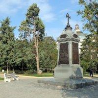 Памятник греческим воинам на фоне Панорамы :: ВАДИМ СКОРОБОГАТОВ