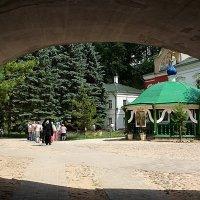 Монах возле туристов :: san05 -  Александр Савицкий