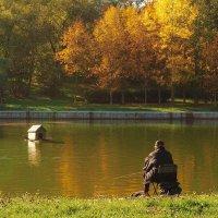 Октябрьским утром в городском парке :: Александр Орлов
