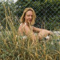 Девушка в траве :: Александр