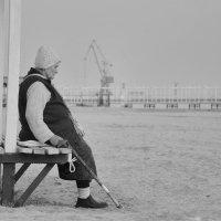 Старушка и море :: Александр Довгий