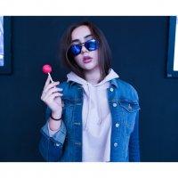 Портрет красивой девушки в джинсовке и очках с чупа-чупсом в руке :: Lenar Abdrakhmanov