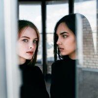 Две девушки на крыше за окном :: Lenar Abdrakhmanov