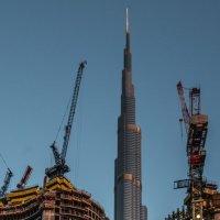 Башня Бурдж ал Халифа между двумя кранами :: Георгий А