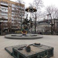 Всё замерло: фонтан не работает, дети не бегают :: Татьяна Помогалова