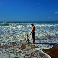Видишь дядя борется с волнами... :: Sergey Gordoff