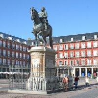 Plaza Mayor.   Конный памятник  королю Филиппу III :: ИРЭН@ .