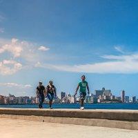 Идущие по Малекону...Гавана.Куба. :: Александр Вивчарик