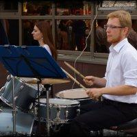 Ударник...хоть он и сидит на заднем плане а в оркестре он ключевая фигура. :: Anatol Livtsov