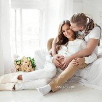 Красивая фотосессия беременной с мужем в студии :: Anna Zhuk