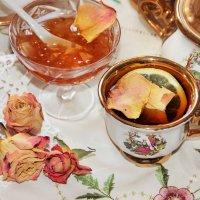 Чай с вареньем из лепестков роз. :: Лариса Исаева