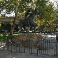 """Курьер """"Пони Экспресс"""" на фоне скоростной трассы (г.Сакраменто, Калифорния) :: Юрий Поляков"""