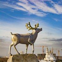 Парковая скульптура на фоне храма Святых божьих строителей в Академическом районе г. Екатеринбург :: Валерий Сергеев