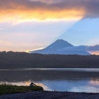 Когда солнце садится за вулкан :: Геннадий Мельников