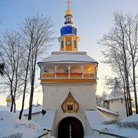 Петровская башня Псково-Печерского монастыря :: Leonid Tabakov
