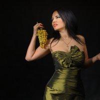 Девушка и виноград. :: Анжелика Маркиза