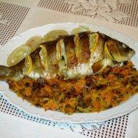 Карп запечённый в духовке с луком, морковью и грибами :: Надежд@ Шавенкова