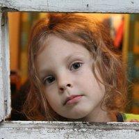 Девочка в окошке :: владимир тимошенко