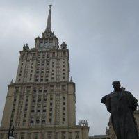 Памятник у высотки :: Дмитрий Никитин