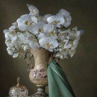 С букетом белых орхидей :: Ирина Приходько