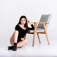 Девушка и стул :: Виталий Бойченко