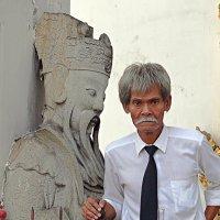 Смотритель музея, похожий на статую (уши - один к одному) :: Асылбек Айманов