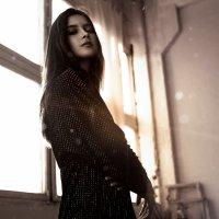 Девушка в блестящем платье на фоне блика солнца :: Lenar Abdrakhmanov