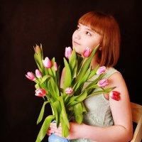 Девушка и тюльпаны :: Трушкина Наталья