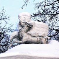 Ужасный монстр напал на лесного оленя с неизвестной целью :: Евгений Кочуров