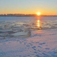 Солнце встаёт над Волгой весенней :: Татьяна Каневская
