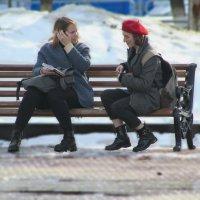 девушки сидят на лавочке :: константин Чесноков