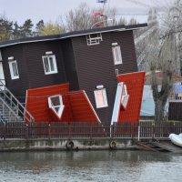 Дом  вверх дном. :: Геннадий Титов