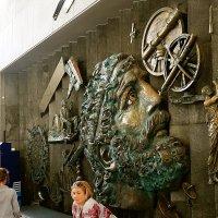 Красивая барельефная стена с Архимедом. :: Татьяна Помогалова