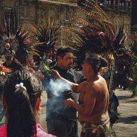 Посвящение в индейцы, площадь Конституции, Мехико :: Михаил Родионов