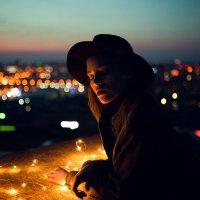 Девушка в шляпе на крыше дома на фоне горящих огоньков города :: Lenar Abdrakhmanov