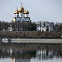 Ярославль, апрельское утро на Волге, вид с Тверицкой набережной :: Николай Белавин