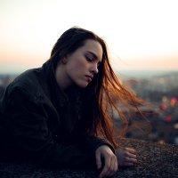 Девушка на крыше дома на фоне горящих огоньков города :: Lenar Abdrakhmanov