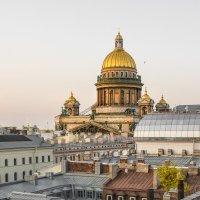 Над петербургскими крышами возвышается Исаакиевский собор :: Максим Хрусталев